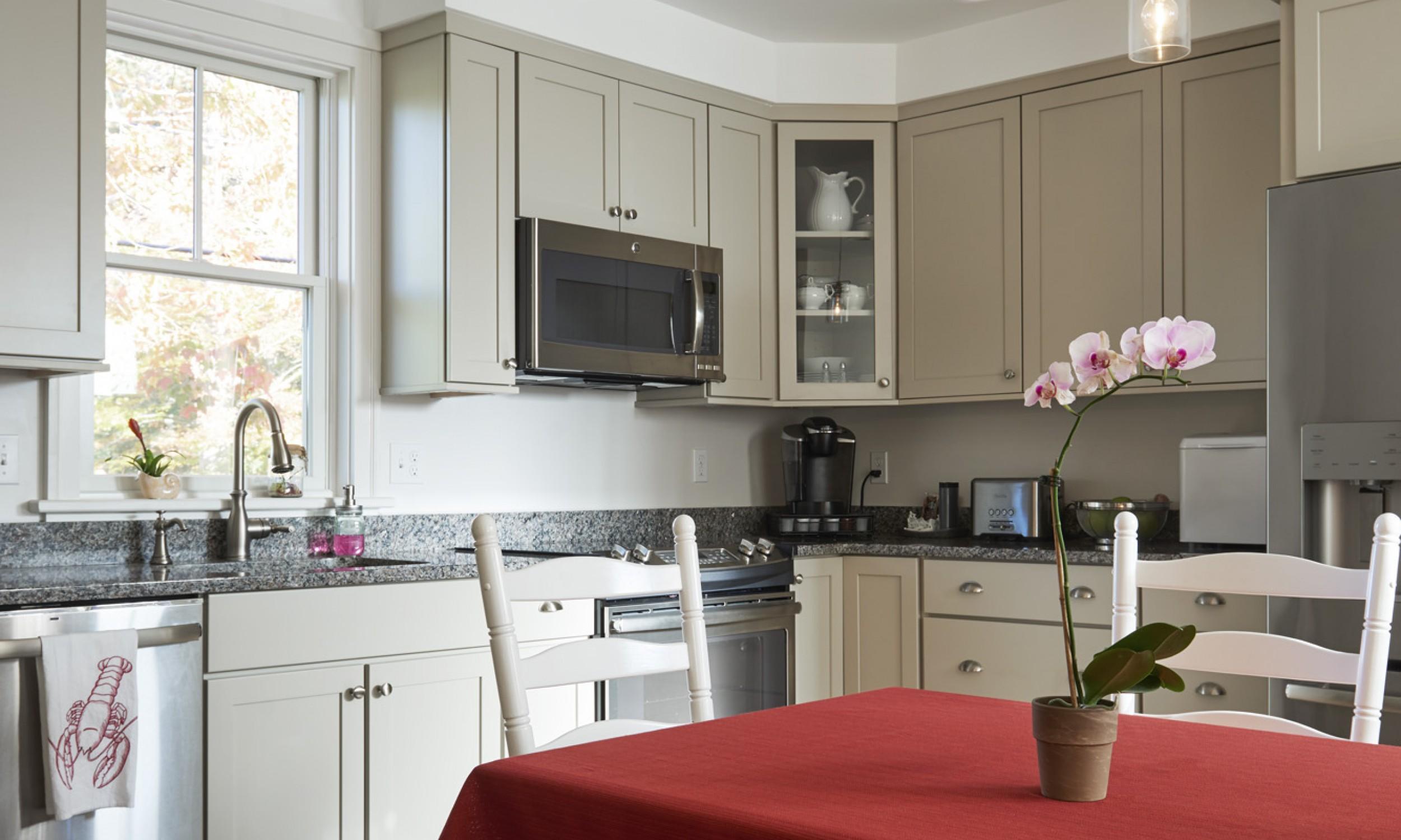 Kitchen, Granite counters, Maine Architect