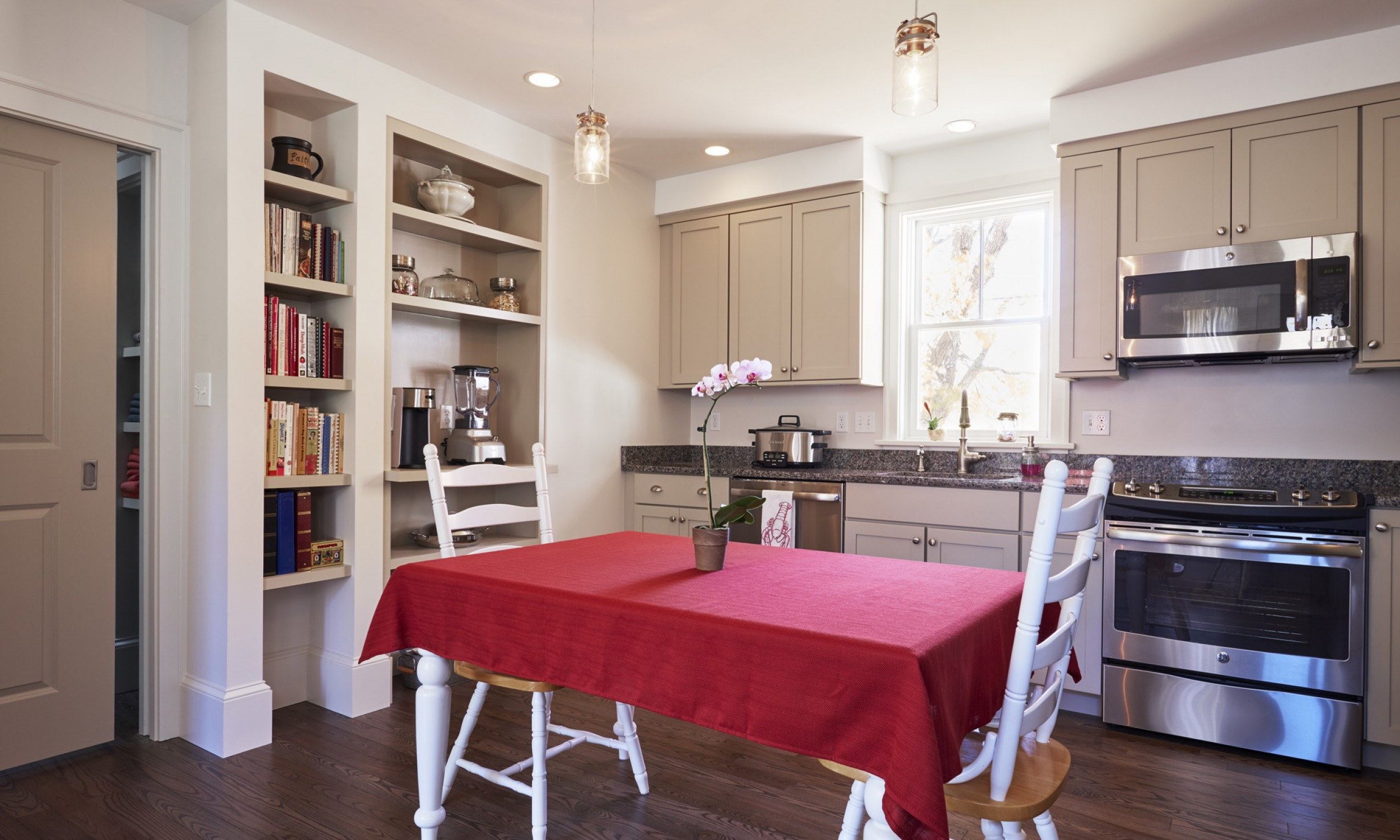 Eat-in Kitchen, Built-in shelves, Maine Architect